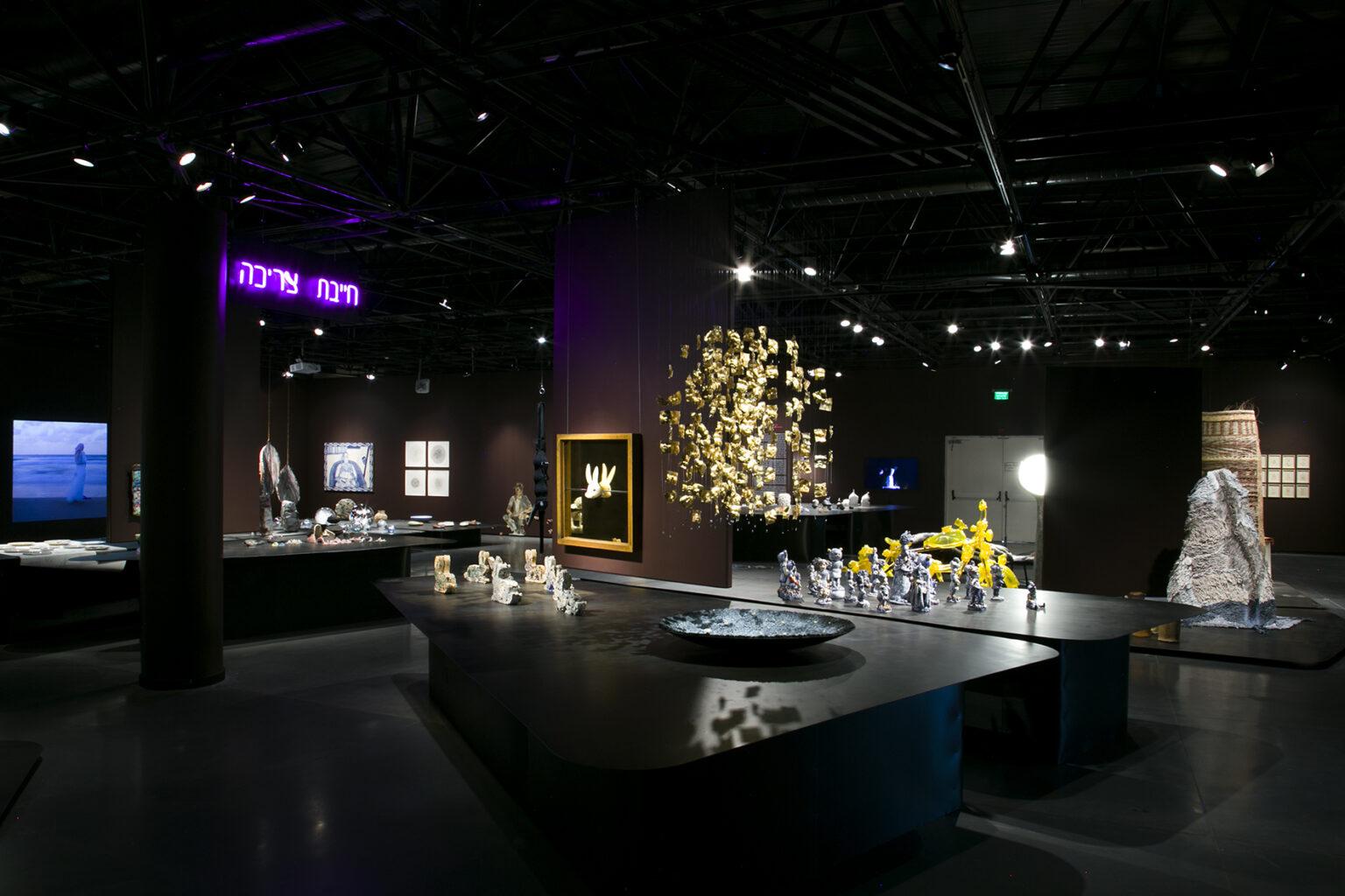 """מבט מהתערוכה המרכזית במרכז רוטשילד צילום: הדר סייפן הביאנלה לאומנויות ולעיצוב מוז""""א, מוזיאון ארץ-ישראל, תל-אביב"""